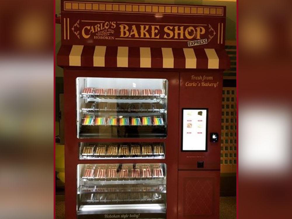 在多伦多蛋糕面包店老板Carlo把甜点放到自动售货机售卖