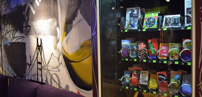 在这家酒店,自动售货机充当当地超级礼品店